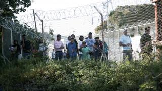 Μυτιλήνη: Καθιστική διαμαρτυρία δεκάδων αιτούντων άσυλο έξω από τη Μόρια