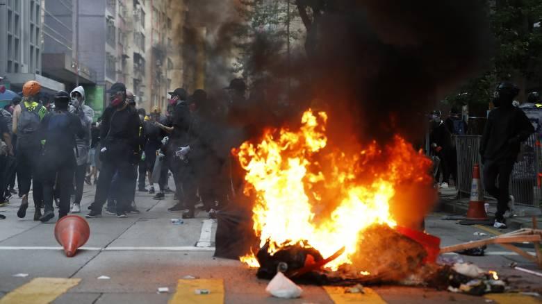 Διαδηλώσεις Χονγκ Κονγκ: Ένας τραυματίας από αστυνομικά πυρά - Βίαιες συγκρούσεις στους δρόμους