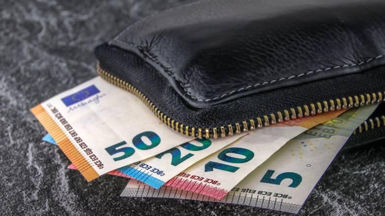 ΕΛΣΤΑΤ: Ένα στα δύο νοικοκυριά ξοδεύει πάνω από 1.158 ευρώ το μήνα σε φαγητό και στέγη