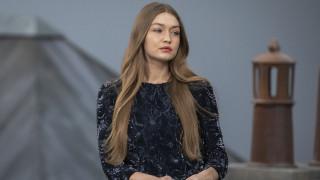 Πώς η Τζίτζι Χαντίντ έσωσε την επίδειξη μόδας της Chanel μετά από «εισβολή»