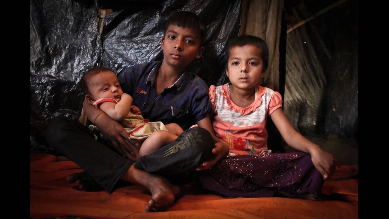 Ο Μοχάμεντ ζει με την αδελφή του, την Αζίζα, 5 ετών, και τον μικρότερο αδελφό του, τον Μαχμούντ, 2 μηνών. Το σπίτι τους είναι κοντά στο παλιό νεκροταφείο όπου οι πρόσφυγες θάβουν τους νεκρούς. Όταν ήρθαν, ήταν ο μόνος διαθέσιμος χώρος στην περιοχή. Τώρα ό