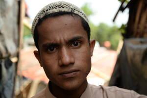 Ο Αμπντούλ Σαλάμ, 17 ετών, είναι Ροχίνγκια και έχασε ολόκληρη την οικογένειά του –τους γονείς του, τρεις αδελφές και δύο αδελφούς– σε μια θηριώδη σφαγή στο χωριό του, το Σααπράν στο διαμέρισμα Ροσιντόνγκ της Μιανμάρ. Ταξίδεψε μέχρι το Κοξ Μπαζάρ μόνος του