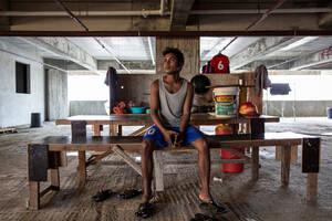 Ο Ιμάν, 22 ετών, είναι από την πολιτεία Ρακάιν της Μιανμάρ. Έφυγε από τη Μιανμάρ το 2015 και πήγε στην Ταϊλάνδη, πριν έρθει στη Μαλαισία. Αφότου ήρθε στο Πενάνγκ το 2016, εργάζεται σε όποιο εργοτάξιο μπορεί να βρει δουλειά. Τους τελευταίους δυόμισι μήνες