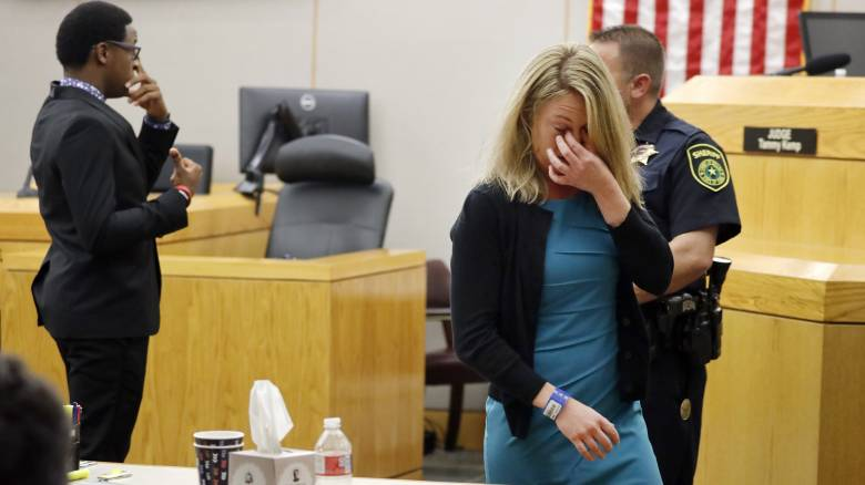 ΗΠΑ: 10ετής φυλάκιση στην αστυνομικό που μπέρδεψε τον γείτονά της με ληστή και τον σκότωσε