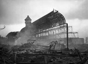 1936, Λονδίνο. Το Crystal Palace έχει καταστραφεί εντελώς σε πυρκαγιά. Το Βικτωριανό εκθεσιακό κέντρο, που κάποτε υπήρξε το μεγαλύτερο γυάλινο κτήριο στον κόσμο, θα ξαναχτιστεί με χρήματα ενός κινεζικού κατασκευαστικού κολοσού, του Zhongrong Group, το οπο