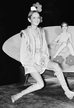 """1967, Λονδίνο. Το μοντέλο Τουίγκι ποζάρει δίπλα σε ένα πορτραίτο της, σε έκθεση με θέμα """"οι νέοι ήρωες"""", στο Μουσείο της Μαντάμ Τισό."""