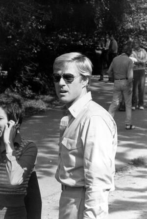 """1972, Νέα Υόρκη. Ο Ρόμπερτ Ρέντφορντ στο Central Park της Νέας Υόρκης, στα γυρίσματα της ταινίας """"Τα καλύτερά μας χρόνια""""."""