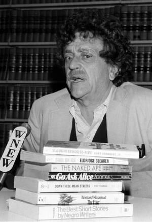 """1980, Νέα Υόρκη. Ο συγγραφέας Κούρτ Βόνεγκατ μιλάει στους δημοσιογράφους για το θέμα της απαγόρευσης μιας σειράς βιβλίων από τα σχολεία της Νέας Υόρκης. Ανάμεσα στα βιβλία αυτά είναι και το δικό του """"Σφαγείο Νο 5""""."""