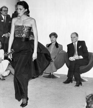 1985, Παρίσι. Η Ραΐσα Γκορμπατσόφ κάθεται δίπλα στο σχεδιαστή μόδας Πιέρ Καρντέν και παρακολουθεί τα μοντέλα που φορούν τις δημιουργίες του, στο ατελιέ του στο Παρίσι. Η σύζυγος του Μιχαήλ Γκορμπατσόφ τελικά θα παραγγείλει ένα κοστούμι, το οποίο θα πάρει
