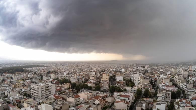 Κακοκαιρία: Σφοδρή καταιγίδα «σαρώνει» την Αττική
