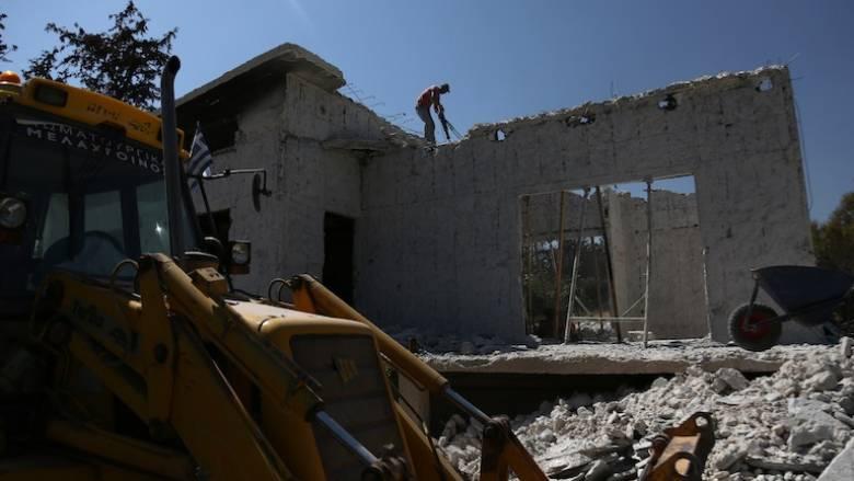 Κατεδαφίστηκαν τα πρώτα «κόκκινα» σπίτια στο Μάτι