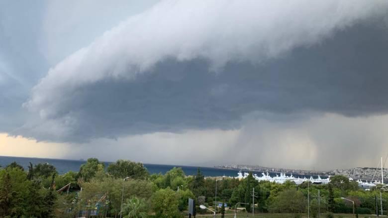 Shelf cloud: Τι είναι το εντυπωσιακό σύννεφο που εμφανίστηκε στον ουρανό της Αττικής