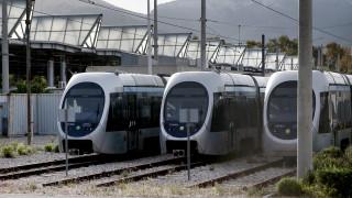 Ταλαιπωρία για τους επιβάτες: Χωρίς μηχανήματα έκδοσης εισιτηρίων το τραμ