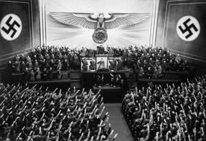 1939, Βερολίνο. Ο Αδόλφος Χίτλερ χαιρετά τα μέλη του Ράιχσταγκ, πριν την ομιλία του στην Όπερα του Βερολίνου.
