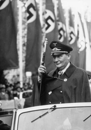 1939, Βερολίνο. Ο Πρόεδρος του Ράιχσταγκ, Χέρμαν Γκέρινγκ, φτάνει στην Όπερα του Βερολίνου για να παρακολουθήσει μια ομιλία του Αδόλφου Χίτλερ.
