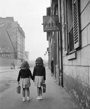 1948, Παρίσι. Δύο μικρά κορίτσια με τις τσάντες τους, πηγαίνουν στο σχολείο τους, την πρώτη μέρα του σχολικού έτους στη Γαλλία.