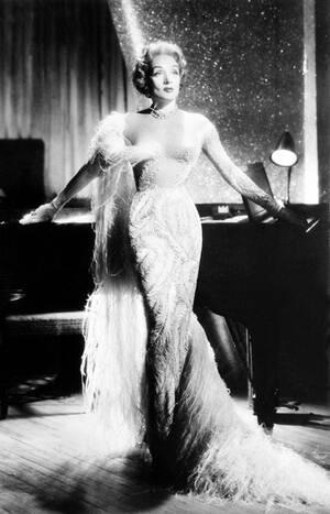 1955, Λας Βέγκας. Η Μαρλέν Ντίτριχ στη σκηνή στο ξενοδοχείο Sahara, στο Λας Βέγκας.