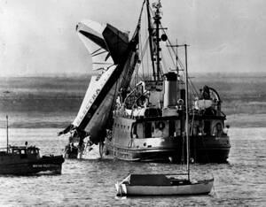 1960, Βοστώνη. Τα συντρίμια του αεροσκάφους της Eastern Airlines που συνετρίβη στο λιμάνι της Βοστώνης λίγο μετά την απογείωσή του, ανασύρονται από τα ρηχά νερά με γερανό. Εξήντα άνθρωποι έχασαν τη ζωή τους στο δυστύχημα και έντεκα τραυματίστηκαν.