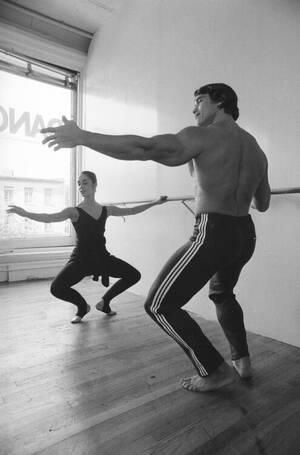 """1976, Νέα Υόρκη. Ο Άρνολντ Σβαρτσενέγκερ κάνει μαθήματα μπαλέτου με τη χορεύτρια Μαριάν Κλερ, για τις ανάγκες του ρόλου του στην ταινία """"Pumping Iron"""", ένα ντοκιμαντέρ για την ιστορία του bodybuilding. Ο Σβαρτσενέγκερ είχε κερδίσει έξι φορές τον τίτλο Mr."""
