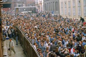 1989, Πράγα. Περίπου 10.000 Ανατολικογερμανοί είναι συγκεντρωμένοι στο δρόμο έξω από την πρεσβεία της Δυτικής γερμανίας, στην Πράγα. Περιμένουν να πάρουν άδεια για να επιβιβαστούν στα τραίνα που θα τους πάνε στη Δυτική Γερμανία.