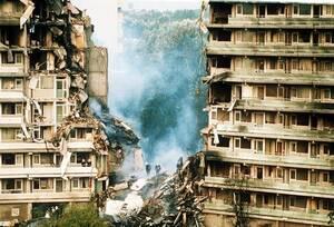 1992, Άμστερνταμ. Καπνός βγαίνει από το σημείο στο οποίο συνετρίβη το εμπορικό αεροπλάνο El Al, στα προάστεια του Άμστερνταμ. Το δυστύχημα οδήγησε σε μια έντονη αντιπαράθεση στο ολλανδικό κοινοβούλιο, η οποία είχε ως αποτέλεσμα να κατηγορηθεί η κυβέρνηση