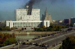 1993, Μόσχα. Το Ρωσικό Κοινοβούλιο έχει δεχτεί πυρά από τεθωρακισμένα που πρόσκεινται στον Πρόεδρο Μπορίς Γιέλτσιν, μετά το πραξικόπημα που έγινε λίγα 24ωρα νωρίτερα.