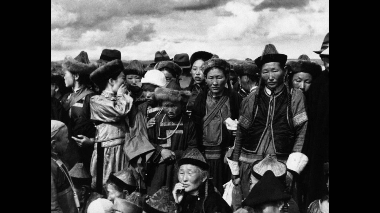 1936, Μογγολία. Η κεντρική Ασία παραμένει ένας εν πολλοίς ανεξερεύνητος για τους δυτικούς κόσμος, αλλά και για τους κατοίκους της Μογγολίας ο φωτογραφικός φακός αποτελεί ένα ακατανόητο και εντυπωσιακό πράγμα...