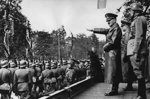 1939, Βαρσοβία. Ο Αδόλφος Χίτλερ χαιρετάει τα στρατεύματα που παρελαύνουν στους δρόμους της Βαρσοβίας μετά την κατάληψη της πόλης.