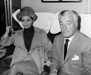 1963, Ρώμη. Η Σοφία Λόρεν και ο σκηνοθέτης Βιτόριο ντε Σίκα στο τρένο με το οποίο θα μεταβούν στη Νάπολη για μια διεθνή συνάντηση κινηματογράφου.