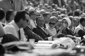 1966, Λος Άντζελες. Ο Φρανκ Σινάτρα με τη σύζυγό του, Μία Φάροου και την κόρη του Τίνα, παρακολουθούν έναν αγώνα ράγκμπι στο Λος Άντζελες.