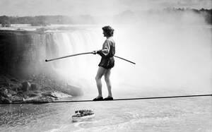 1986, Νιαγάρας. Ο Γάλλος ακροβάτης Φιλίπ Πετί περπατάει στο τεντωμένο σχοινί πάνω από τους καταρράκτες του Νιαγάρα.