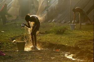 1993, Ινδία. Ένας Ινδός που επέζησε του σεισμού, πλένεται σε ένα στρατόπεδο προσφύγων στο Ταλάβι. Χιλιάδες άνθρωποι μεταφέρθηκαν σε προσωρινά καταλύματα μετά τον ισχυρό σεισμό της 29ης Σεπτεμβρίου, που σκότωσε περίπου 25.000 ανθρώπους