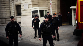 Επίθεση στο Παρίσι: Ανοιχτά όλα τα σενάρια για τον δράστη