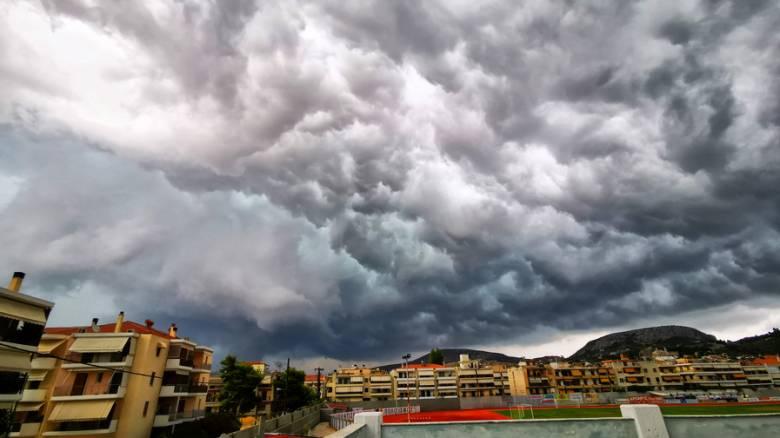 Καιρός: Συννεφιές, μπουρίνια και θερμοκρασίες έως 27 βαθμούς την Κυριακή
