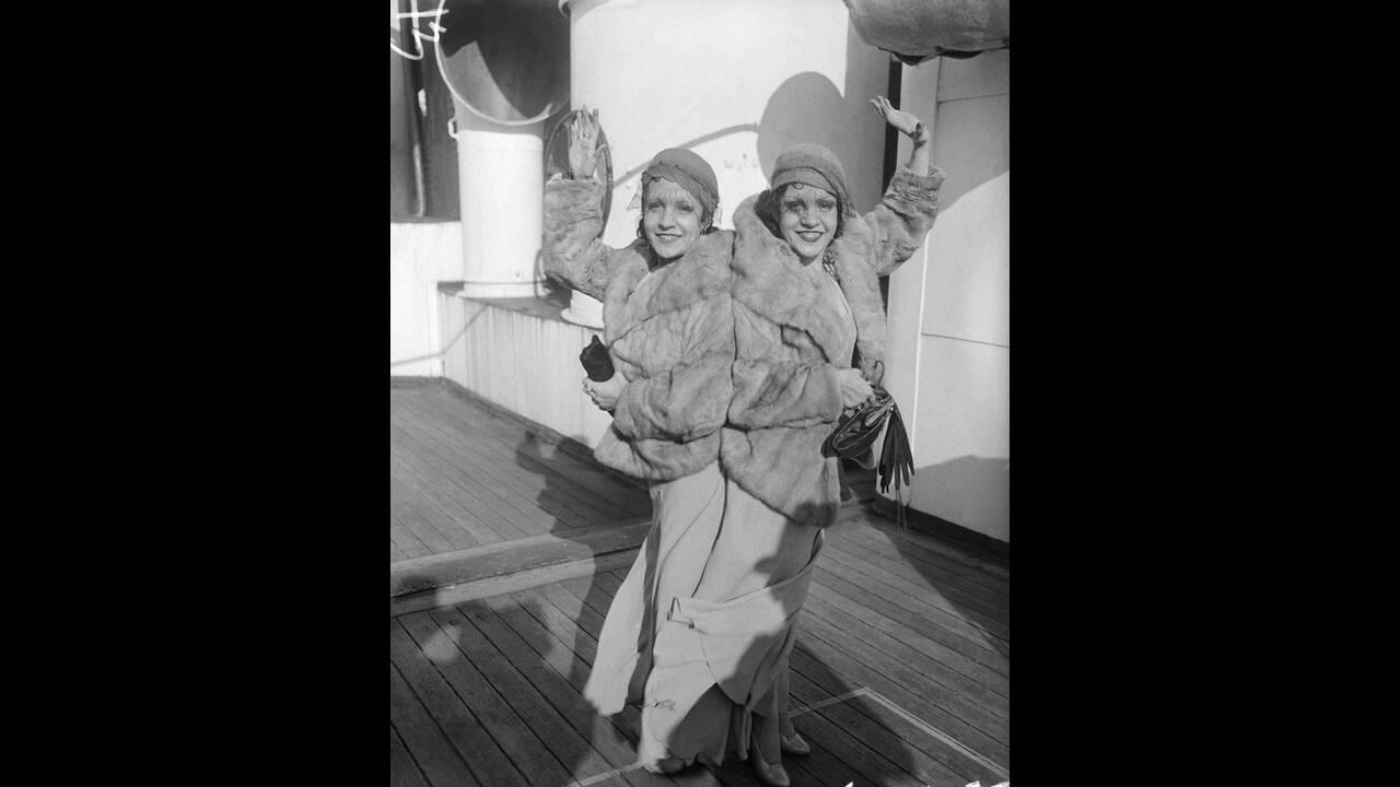 1933, Νέα Υόρκη. Η Βάιολετ και η Ντέζη Χίλτον, σιαμαίες δίδυμες, είναι ενωμένες από τη γέννησή τους και δεν μπορούν να χωριστούν.  Παρόλα αυτά ανακοίνωσαν ότι αρραβωνιάστηκαν και θα παντρευτούν μέσα στο χρόνο.