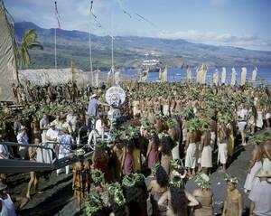 """1961, Ταΐτή. Το πολυπληθές συνεργείο και το καστ της ταινίας """"Ανταρσία στο Μπάουντι"""", κατά τη διάρκεια των γυρισμάτων στην Ταϊτή."""