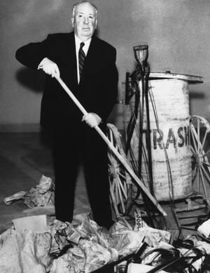 1962. Ο σκηνοθέτης Άλφρεντ Χίτσκοκ, σε μια από τις τηλεοπτικές του εκπομπές. Ο Χίτσκοκ ήταν, ανάμεσα στα άλλα, διάσημος για τον εφευρετικό τρόπο με τον οποίο επέλεγε να φωτογραφηθεί.