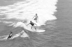 1969, Καλιφόρνια, Νεαροί σέρφερ με τα νέα miniboards, σανίδες από ελαφρύ φάιμπεργκλας, που τους επιτρέπουν να είναι πολύ πιο ευκίνητοι και γρήγοροι πάνω στα κύμματα.