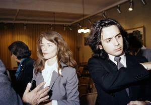 1978, Παρίσι. Η Βρετανίδα ηθοποιός Σαρλότ Ράμπλινγκ και ο Γάλλος συνθέτης Ζαν Μισέλ Ζαρ παντρεύονται στο Δημαρχείο του Παρισιού.