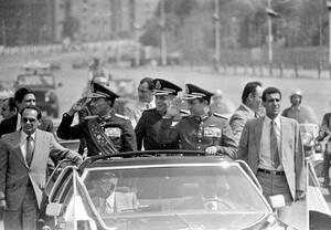 1981, Κάιρο. Ο Πρόεδρος της Αιγύπτου, Ανουάρ Σαντάτ (στα αριστερά) χαιρετάει το πλήθος από ένα ανοιχτό αυτοκίνητο, κατά τη διάρκεια στρατιωτικής παρέλασης. Λίγα λεπτά αργότερα θα πέσει νεκρός από πυροβολισμούς.
