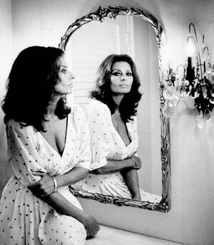 1984, Λος Άντζελες. Η Σοφία Λόρεν, που μόλις έγινε 50 ετών, στη σουίτα του ξενοδοχείου της στο Λος Άντζελες.