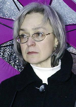 2004, Μόσχα. Η δημοσιογράφος Άννα Πολιτκόφσκαγια παρακολουθεί μια διαδήλωση εναντίον του πολέμου στην Τσετσενία. Η Πολιτκόφσκαγια ήταν μια από τους λίγους δημοσιογράφους που έγραφαν για την παραβίαση των ανθρωπίνων δικαιωμάτων στην Τσετσενία και ασκούσε σ