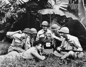 1942, Παναμάς. Αμερικανοί στρατιώτες κάνουν ένα διάλειμμα από τον πόλεμο για να ακούσουν στα βραχέα τη μετάδοση ενός αγώνα μπέισμπολ.