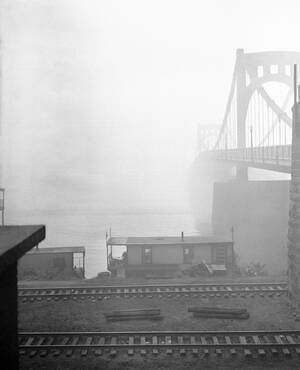 1943, Πίτσμπουργκ. Μπορεί ο πόλεμος να είναι μακριά από τις ΗΠΑ, η μόλυνση της ατμόσφαιρας, όμως, πνίγει τις μεγάλες πόλεις. Στη φωτογραφία, το Πίτσμπουργκ της Πενσιλβάνια, σχεδόν αόρατο μέσα στην πυκνή αιθαλομίχλη.