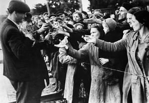 1944, Βαρσοβία. Μέλη του Διεθνούς Ερυθρού Σταυρού μοιράζουν τρόφιμα στους κατοίκους της Βαρσοβίας, μετά την παράδοση της πόλης.