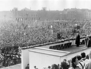 1953, Ανατολικό Βερολινο. Οι Ανατολικογερμανοί γιορτάζουν την τέταρτη επέτειο της ίδρυσης της «Λαϊκής Δημοκρατίας της Γερμανίας», στην πλατεία Μάρξ-Έγκελς, στο Ανατολικό Βερολίνο.