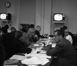 1960, Ουάσινγκτον. Δημοσιογράφοι, στην αίθουσα σύνταξης, στα στούντιο του NBC, παρακολουθούν το δεύτερο τηλεοπτικό ντιμπέιτ του Ρίτσαρντ Νίξον και του Τζον Κένεντι.