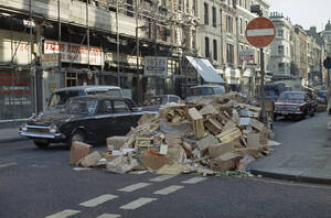 1969, Λονδίνο. Βουνά από σκουπίδια συγκεντρώνονται στους δρόμους του Λονδίνου, καθώς συνεχίζεται η απεργία των υπαλλήλων καθαριότητας.