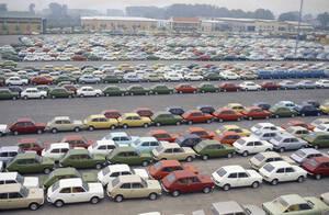 1974, Τορίνο. Στο τεράστιο χώρο στάθμευσης της Fiat, στα περίχωρα του Τορίνο, περισσότερα από 300.000 αυτοκίνητα της συγκεκριμένης αυτοκινητοβιομηχανίας παραμένουν απούλητα. Η Fiat έθεσε 71.000 εργαζόμενους σε καθεστώς μειωμένης εργασίας και αμοιβής και τ