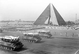 1976, Κάιρο. Σοβιετικής προέλευσης αντιαεροπορικοί πύραυλοι Sam-6, στη στρατιωτική παρέλαση στο Κάιρο, μπροστά από το μνημείο του Αγνώστου Στρατιώτη. Η παρέλαση γίνεται για την τρίτη επέτειο του πολέμου του 1973 με το Ισραήλ.